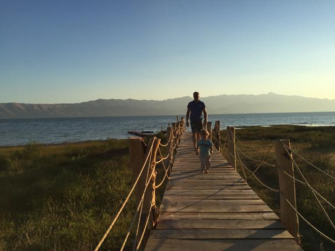 lake shkodra resort - steiger naar meer