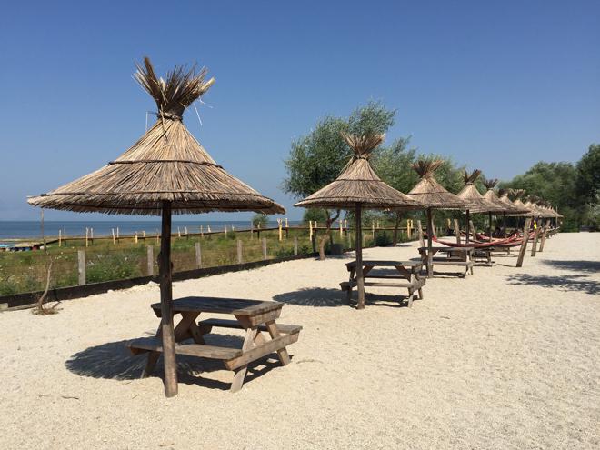 lake shkodra resort - strand met ligstoelen
