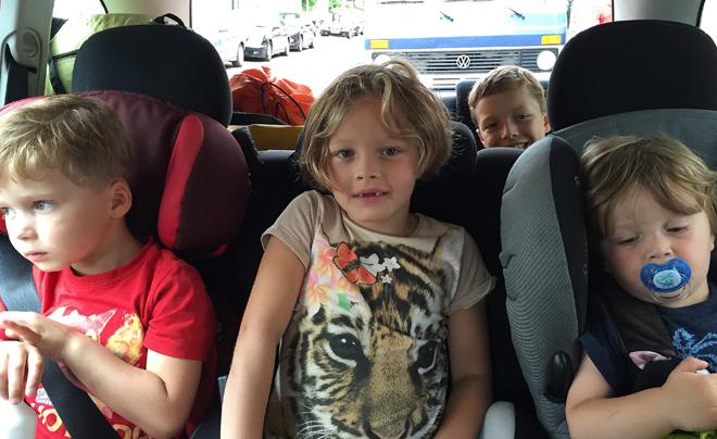 onze  nu niet ruziënde kinderen in de auto