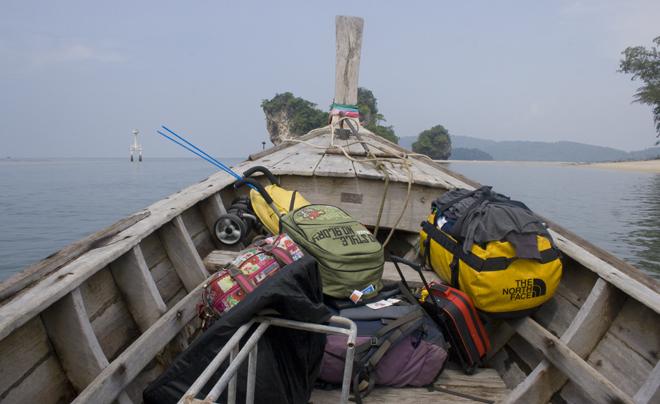 Reizen met kinderen; alle reisbenodigdheden in een Thais bootje