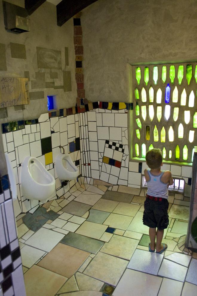 Hundertwasser loo 02