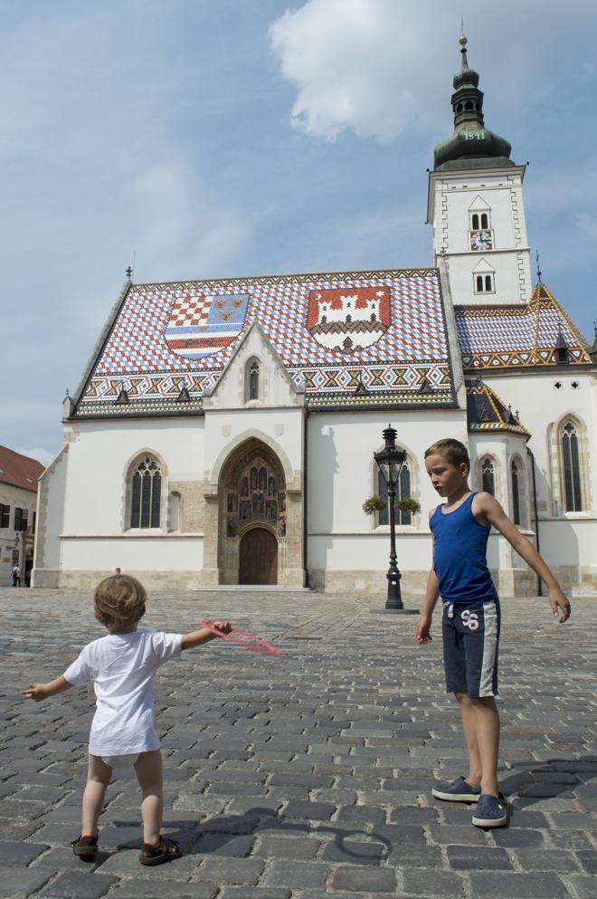 Wandelen door Zagreb met kinderen; St Mark plein