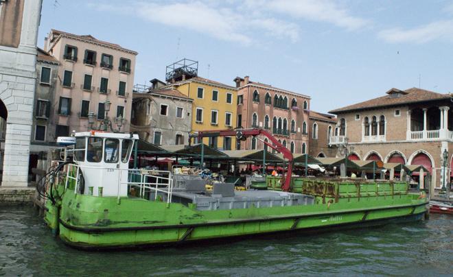 Doen met kinderen in venetië: vuilnisboot