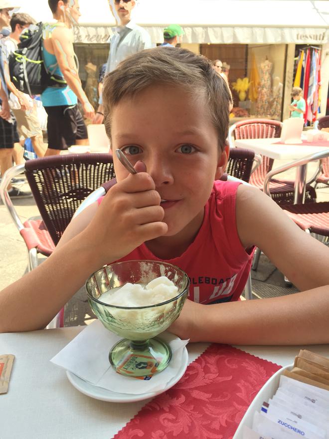 Doen met kinderen in venetië: ijs eten